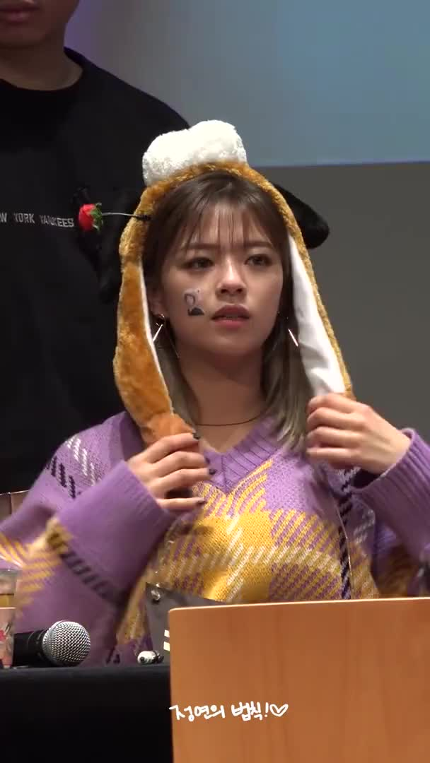 Watch and share Jeongyeon 181117 GIFs on Gfycat
