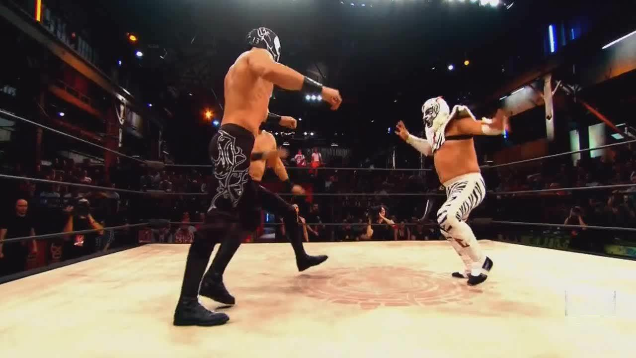 LuchaUnderground, SquaredCircle, gifs, Lucha Underground - Bengala takes down his opponents with a second rope moonsault! GIFs