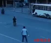 Hombre se hace el atropellado xD