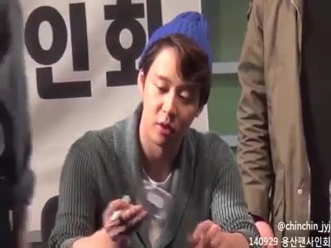 Lộ đoạn clip Yoochun nhận quà fan và câu chuyện đoán khẩu hình mỹ nam: Vứt nó đi
