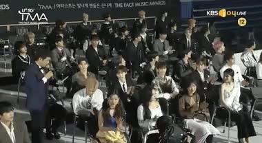 Khoảnh khắc tại The Fact Music Awards: Nam thần V (BTS) tranh thủ tia camera để được lọt vào khung hình lên sóng ảnh 2
