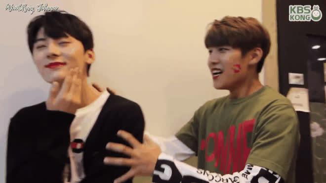 Fan rụng tim với dàn mỹ nam Wanna One đồng loạt bôi môi đỏ hôn nhau bất chấp