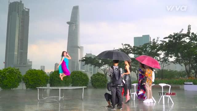 Watch and share The-look-tap-1-full-hd-minh-tu_-pham-huong_-ky-duyen-tranh-cai-kich-liet-de-chieu-du-thi-sinh_02 GIFs by Saostar.vn on Gfycat