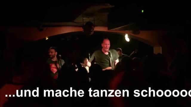 Yellow Snow live in der Junction Bar 2017 Yellow Snow aus Neukölln Yellow Snow Party Neukölln Musik Kreuzberg Konzert Junction Bar Concert Berlin ...und mache tanzen schooooon! GIF