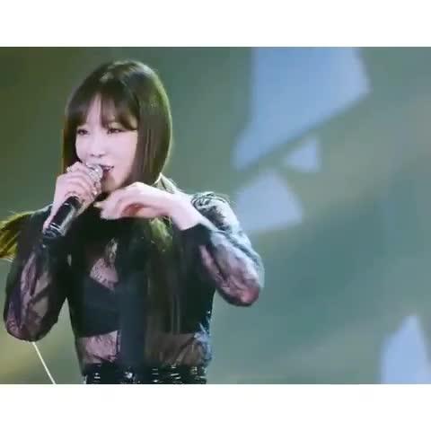 'Rụng tim' với khoảnh khắc 'Chỉnh tai nghe thôi mà cũng sexy' từ dàn nam thần Kpop