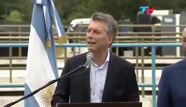 Watch Mauricio Macri Blooper le cae la Bandera en la Cabeza GIF on Gfycat. Discover more related GIFs on Gfycat