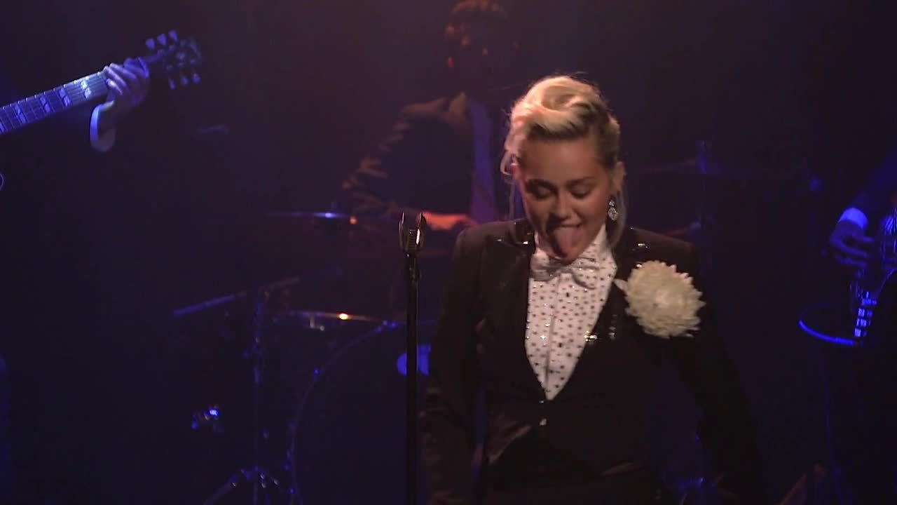 girlsonstage, mileycyrus, Miley Cyrus surprises the crowd (reddit) GIFs