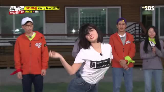Twice - Momo showing of her dance moves