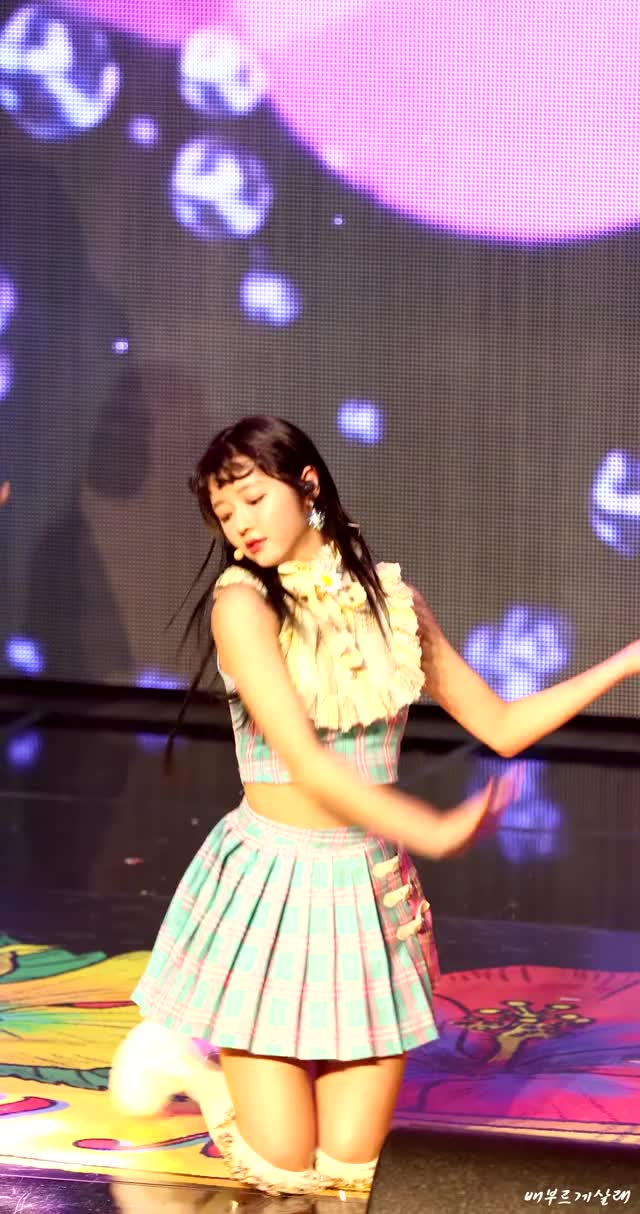 Watch and share Oh My Girl GIFs and Yooa GIFs by Chuy711 on Gfycat