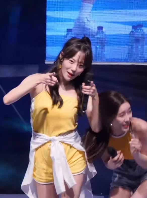 Watch and share 190919 벌레보고 도망가는 우주소녀 루다 WJSN LUDA GIFs by koreaactor on Gfycat