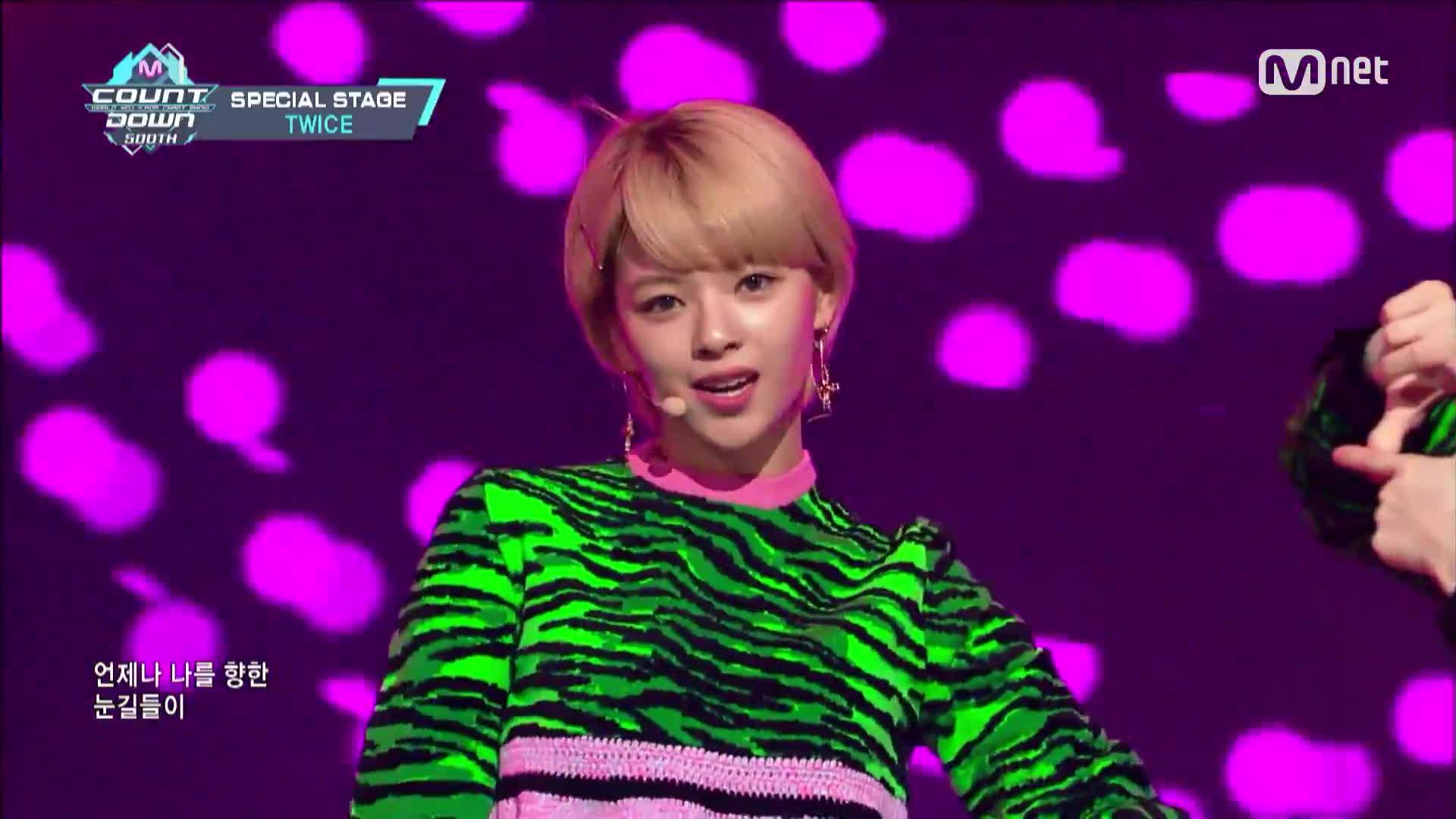 Nhóm nhạc TWICE chơi lớn khi cả 9 thành viên cùng mặc đồ HM x Kenzo lên sân khấu ảnh 2
