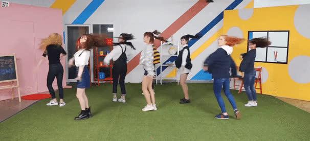 Lần comeback sóng gió nhất của TWICE: Bị nghi đạo nhái Zedd  Lovelyz, JYP phải lên tiếng