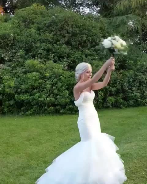 funny, wedding, bouquet, Catching the bouquet GIFs