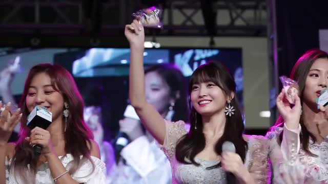 Watch momo kcon GIF by beardo (@brandonedora) on Gfycat. Discover more celebs, jihyo, kpop, twice GIFs on Gfycat