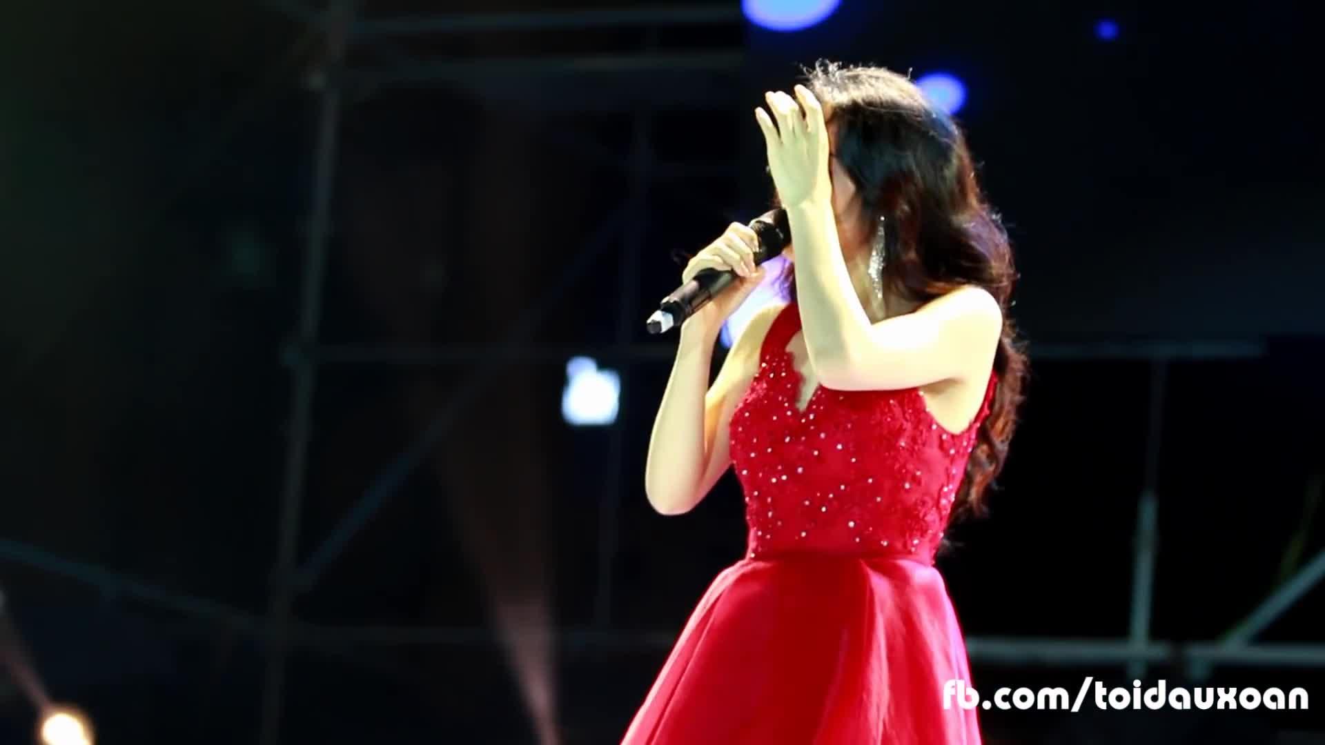 Clip bị pháo bắn vào mắt trên sân khấu, Hòa Minzy vẫn hát như không có chuyện gì