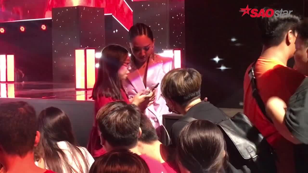 Clip hậu trường The Voice: Không nghỉ ngơi trong phòng riêng, Tóc Tiên đứng tám cùng fan quên mệt mỏi