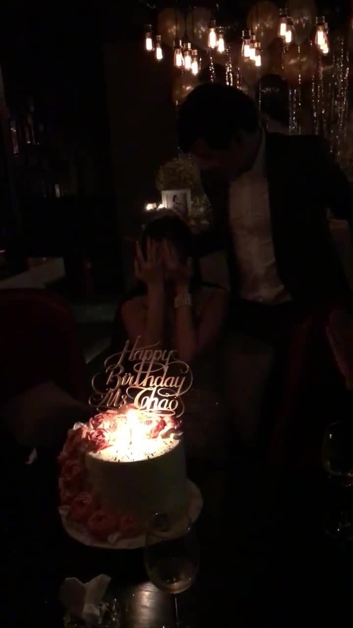 Hoa hậu Thu Thảo bật khóc hôn bạn trai trong ngày sinh nhật
