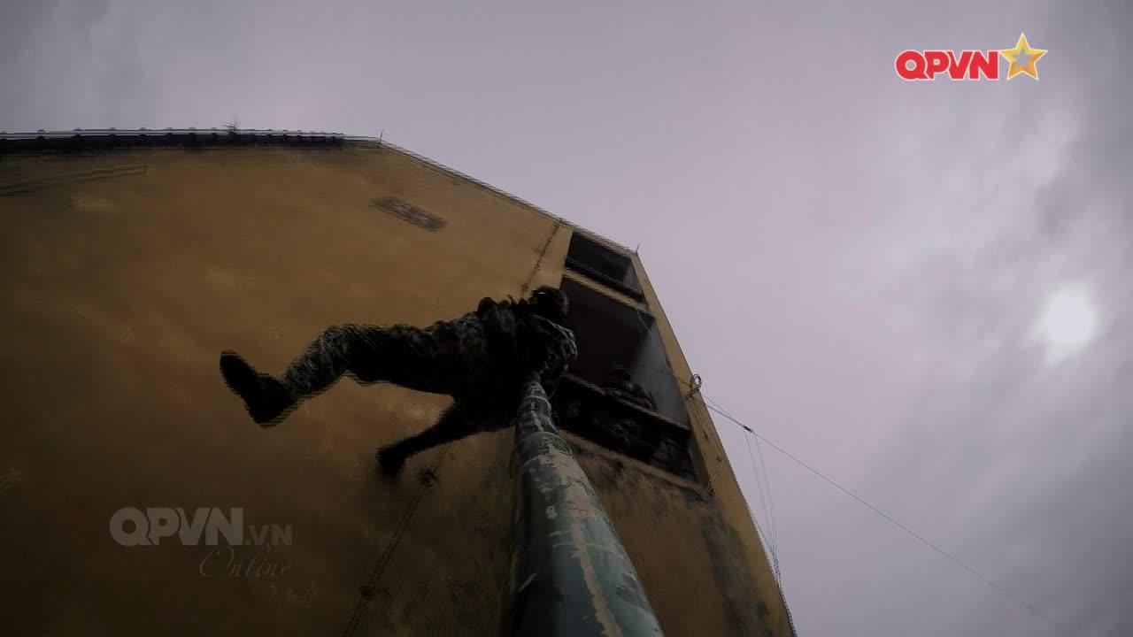 Khả Ngân, Nhung Gumiho bầm dập hoá Người Nhện leo tường thẳng đứng