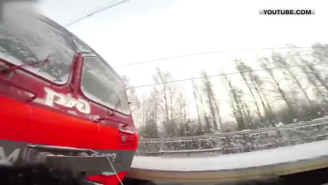 anormaldayinrussia, gifs, электричка, Во Всеволожском районе экстремалы прокатились на лыжах, прицепившись к электричке GIFs