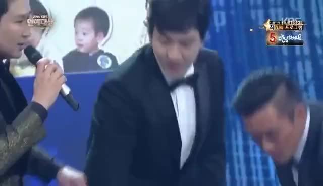 Watch and share [HIT] KBS 연예대상-인기상 - 이하루&추사랑&대한,민국,만세&서언,서준.20141227 GIFs on Gfycat