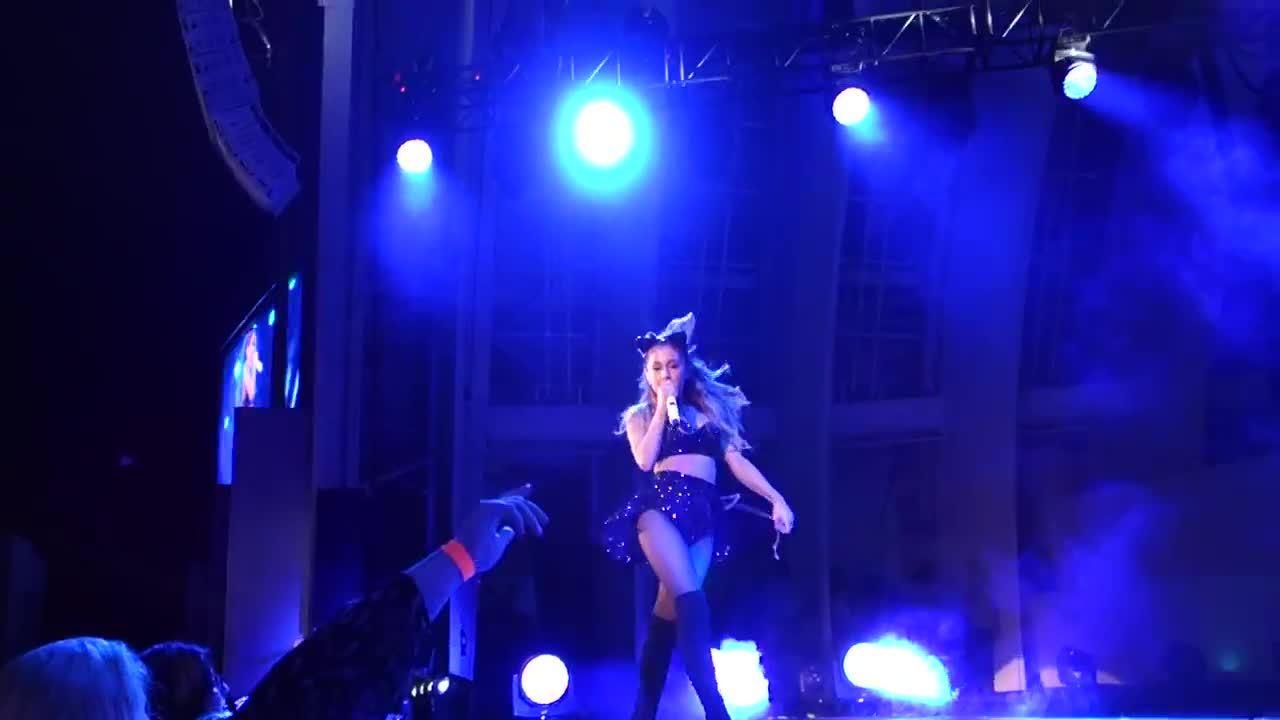 arianagrande, Spinning around on stage (reddit) GIFs