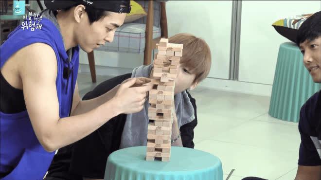 Chơi rút gỗ thôi mà, Xiumin (EXO) có cần căng cực như thế này không