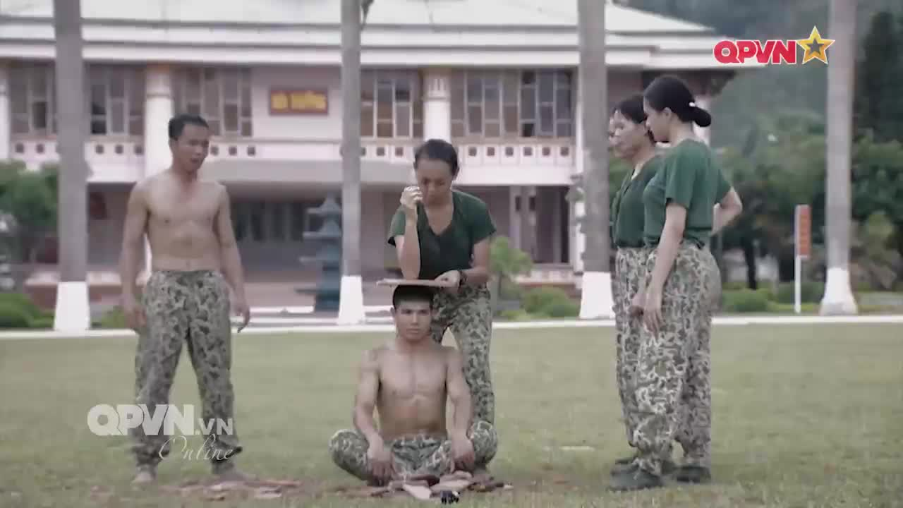 Luyện tập chặt gạch, Nhung Gumiho mè nheo với chỉ huy vì sợ đồng đội nam đau đầu