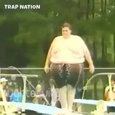 Gordo que se tira y hace una bomba
