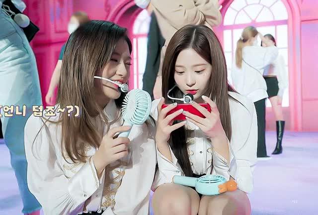 Watch and share 카메라 보고 인사하는 김민주 GIFs on Gfycat