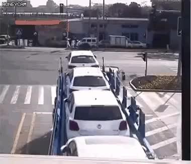 Watch and share 대형 트럭 사각지대의 위험성 GIFs on Gfycat