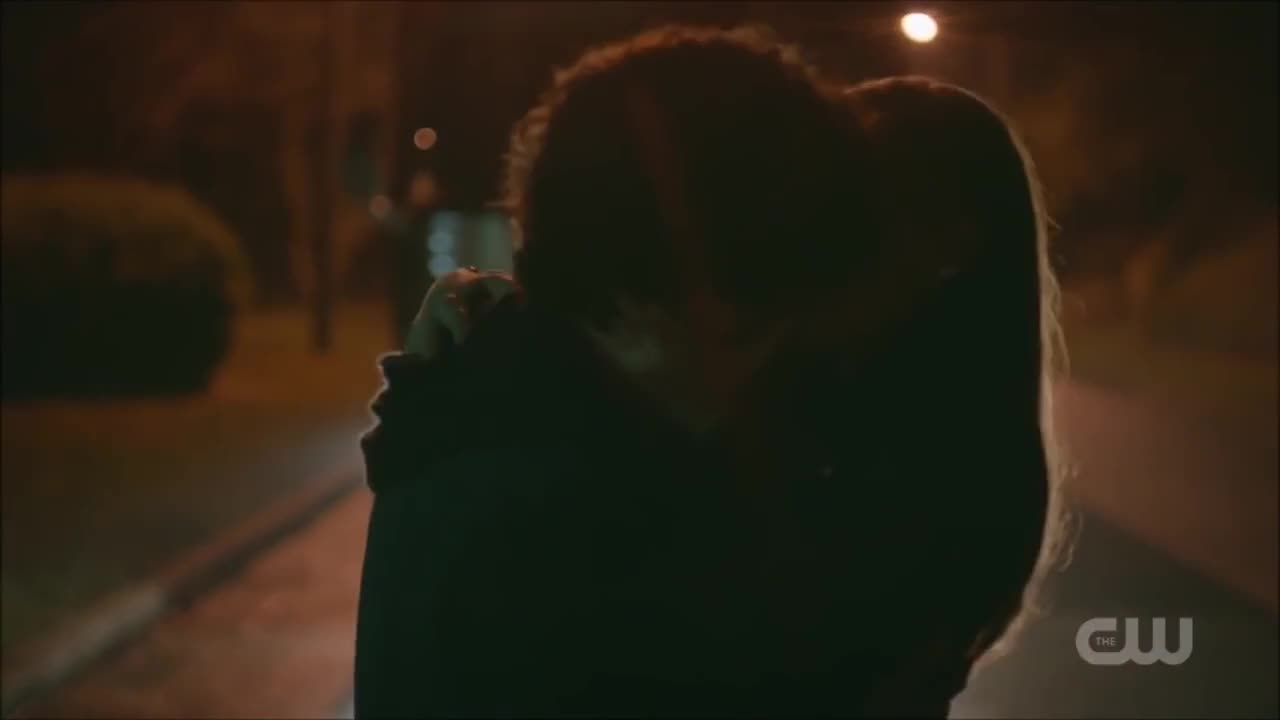 Legacies 1x05 Hope And Landon Make Out Gif Gfycat