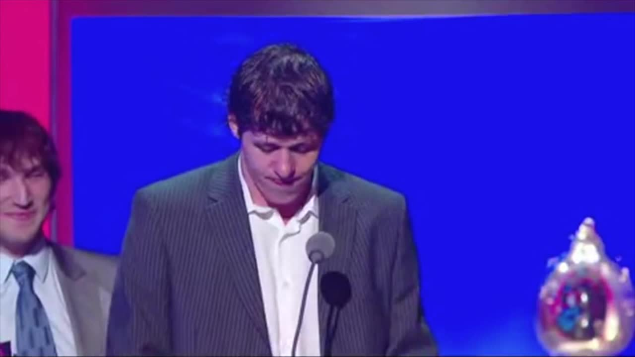 Ovi photobombing Malkin at the 2009 NHL Awards GIFs