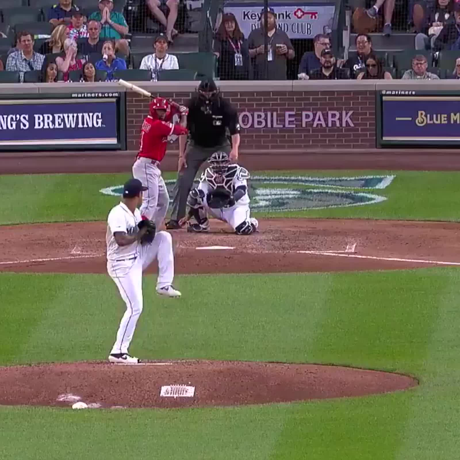 dad snags foul bout while holding his son, mariners, seattle mariners, Dad goals 💯😱 GIFs