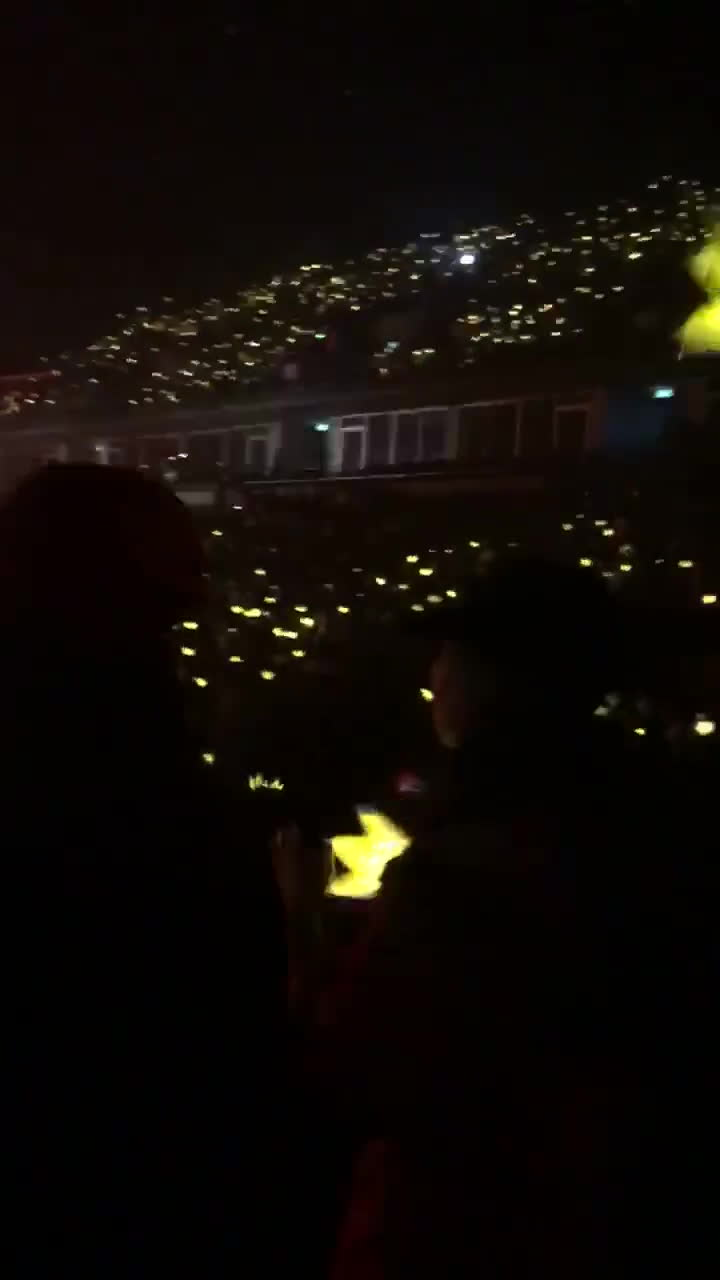 Phát cuồng G-Dragon, con gái Lưu Thiên Hương òa khóc nức nở vì không được lại gần thần tượng ảnh 2