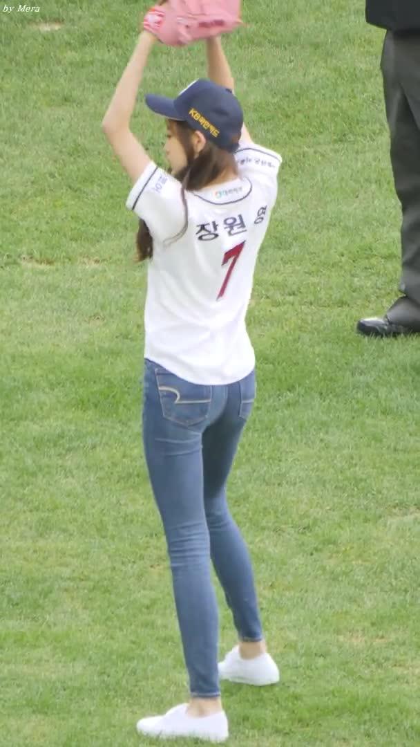 Entertainment, Mera, 181006 아이즈원 (IZONE) 시구 Pitch the First Ball [장원영,미야와키사쿠라] Jang Wonyoung 직캠 Fancam (잠실야구장) by Mera GIFs