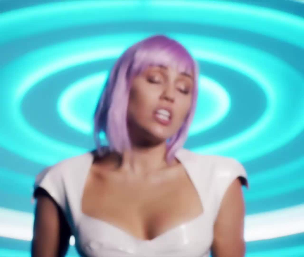 black mirror, miley cyrus, Miley Cyrus as Ashley O - On a Roll - Extra 2 - r/PopForThePlot GIFs