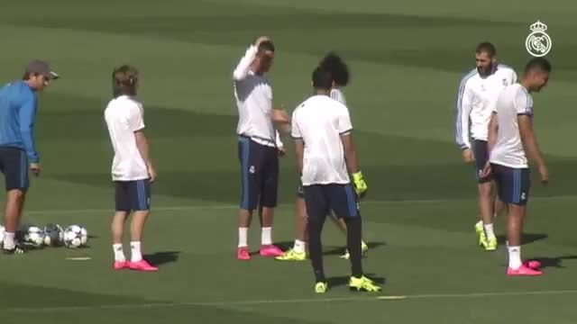 footbaww, mademesmile, sportsarefun, Players hugging Cristiano in training GIFs