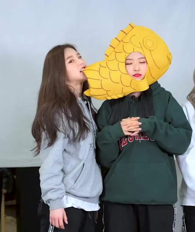 Watch and share Olivia Hye GIFs and Heejin GIFs by The Bakery on Gfycat