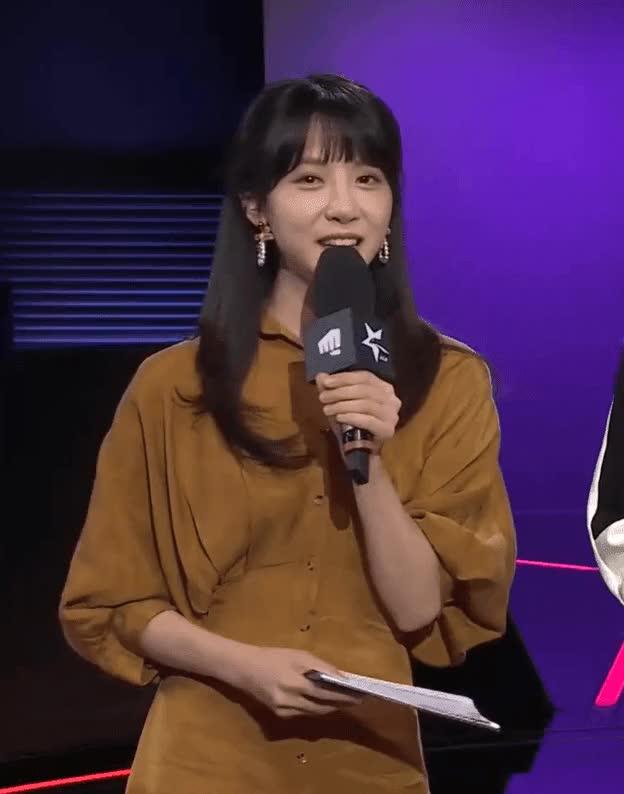 오늘자 LCK 엔딩 인사하는 귀여운 김민아 아나운서.GIF