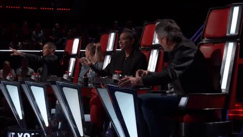 Ngồi không cũng bị ném đồ trúng đầu, Miley đích thị là Hoàng Thùy số nhọ của The Voice năm nay! ảnh 0