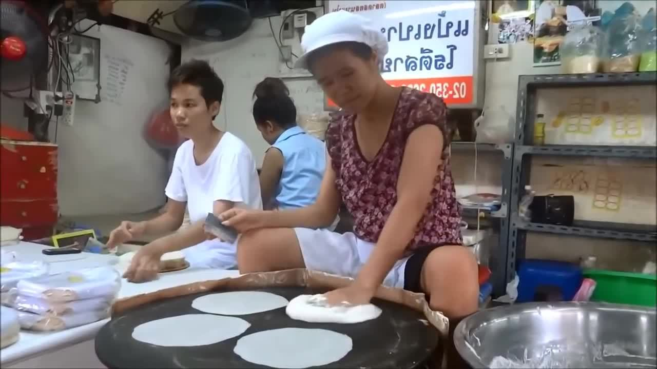 FastWorkers, oddlysatisfying, This woman's skill in making rice paper wrappers. (reddit) GIFs
