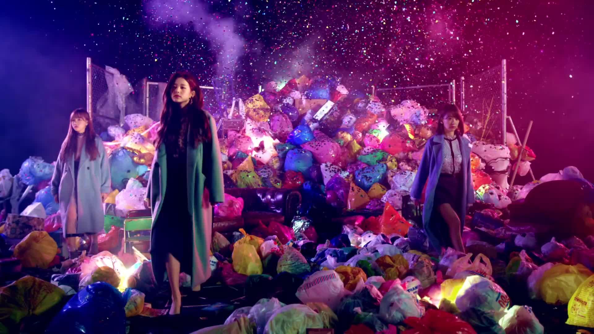 sakura, wonyoung, yuri, izone walking from trash GIFs