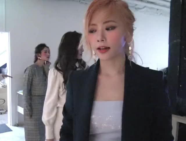 Watch DREAMCATCHER JiU 지유 드림캐쳐 GIF by Clemoncy (@clemoncy) on Gfycat. Discover more Dreamcatcher, JiU, aitc, aloneinthecity, blonde, clap, cute, fancam, girlcrush, jacket making film, kpop, pretty, vlive, 김민지, 드림캐쳐, 지유, 지유직캠 GIFs on Gfycat