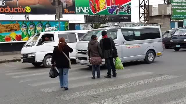 Watch and share Tráfico Caótico En La Ciudad De El Alto GIFs on Gfycat
