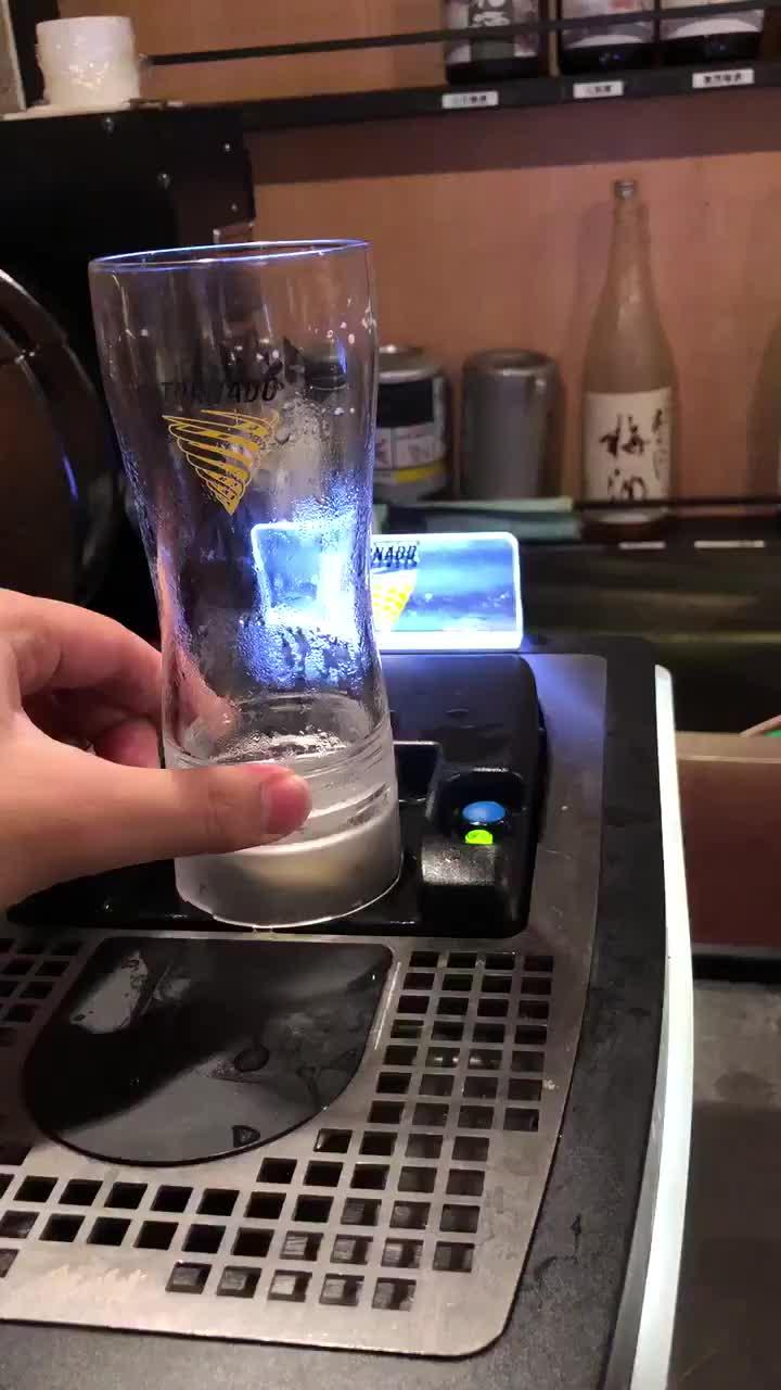 ビールが下から出てくるやつ初めてやってテンション上がった GIFs
