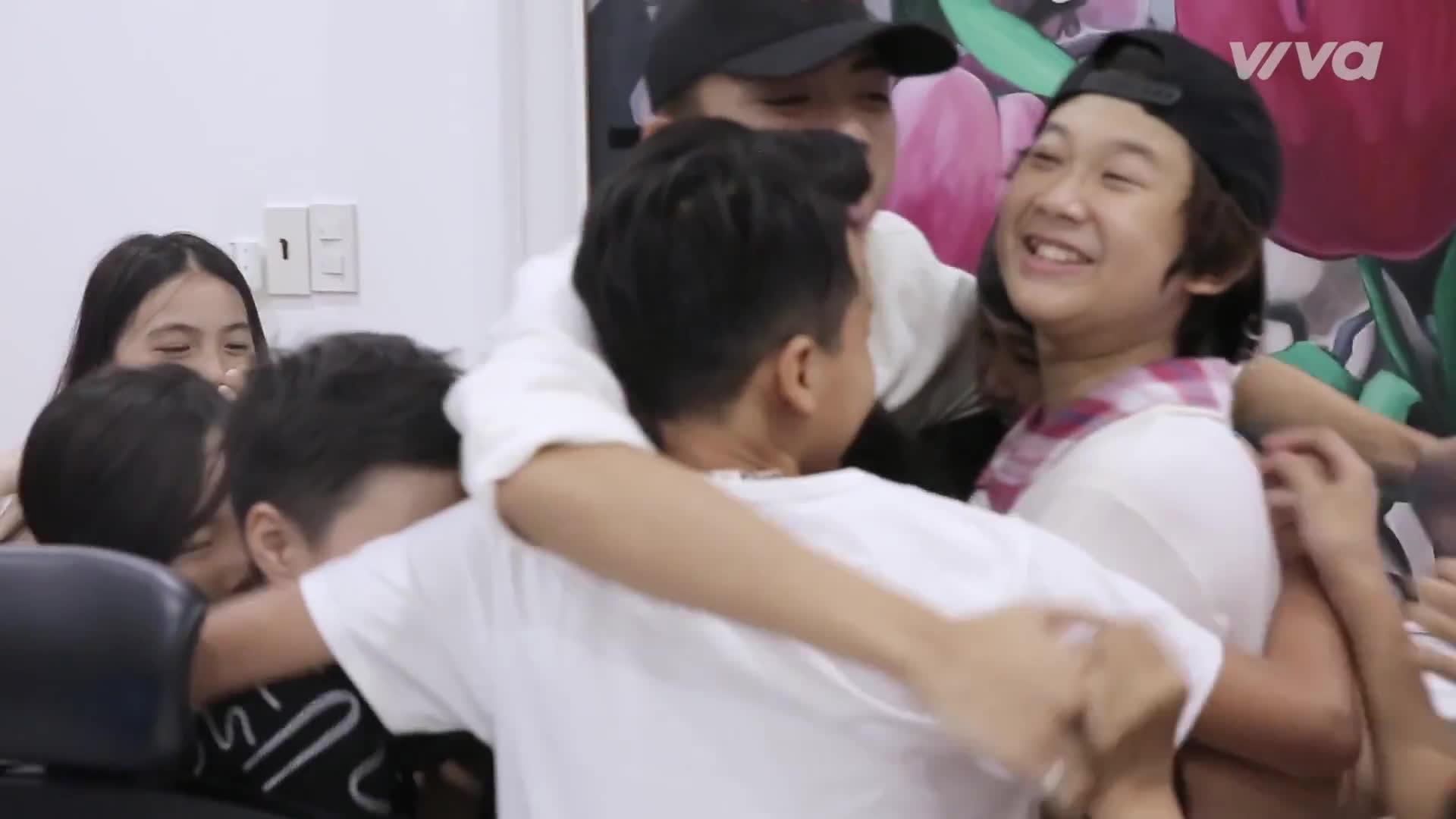 Được học trò tặng quà sinh nhật độc đáo, HLV Soobin Hoàng Sơn xúc động đến bật khóc