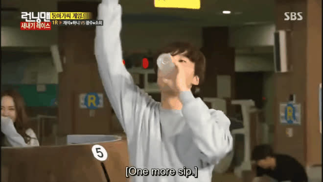 Chỉ có uống nước thôi mà Running Man cũng có thể chế ra những hình phạt táo bạo như thế này