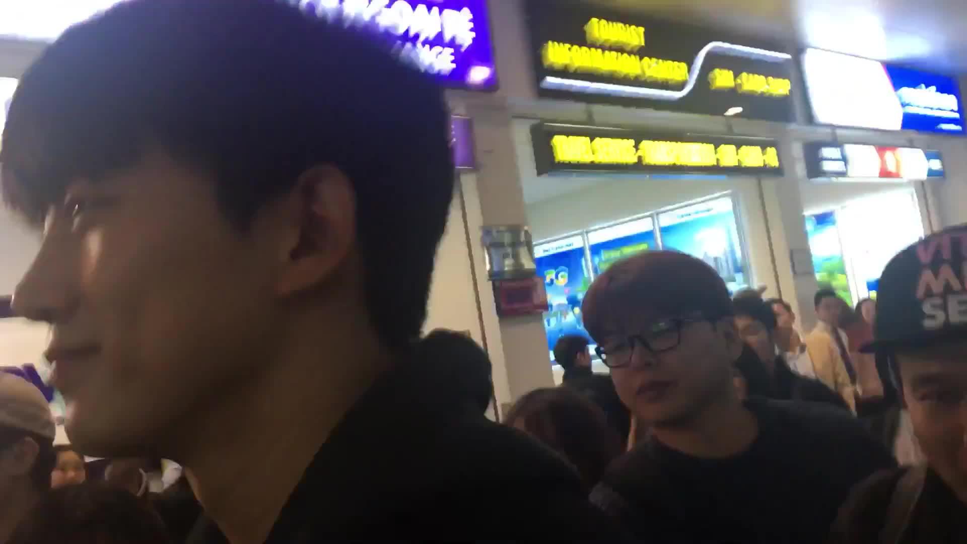 Taecyeon (2PM) thân thiện hết cỡ với fan tại sân bay Nội Bài
