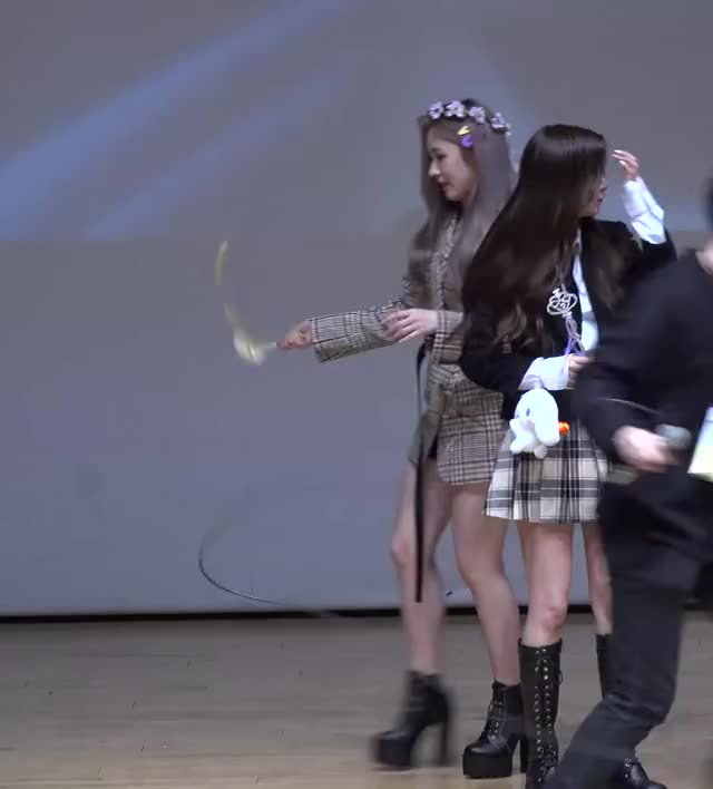 Watch and share [10] Mia 190427 에버글로우(Everglow) 'Closing Comment' 4K 직캠(fancam) @fansign 아트홀봄 GIFs by Mecha熊 ✔️  on Gfycat