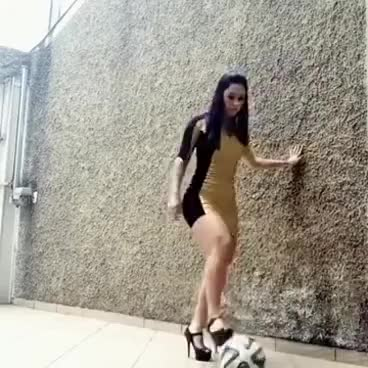 Watch Mujer hermosa dominando el balón GIF on Gfycat. Discover more related GIFs on Gfycat